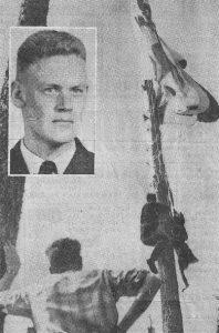 Kadett Gösta Erik Wiking – infälld – hamnade med sin fallskärm i en av de tre tallar som fanns på den steniga myren. Detta hindrade att han skadades vid nedfallet. Personal från F15 fick hjälp att ta ned fallskärmen av bl a Arne Hansson från Kilafors